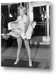 Мерлин Монро удерживающая платье.